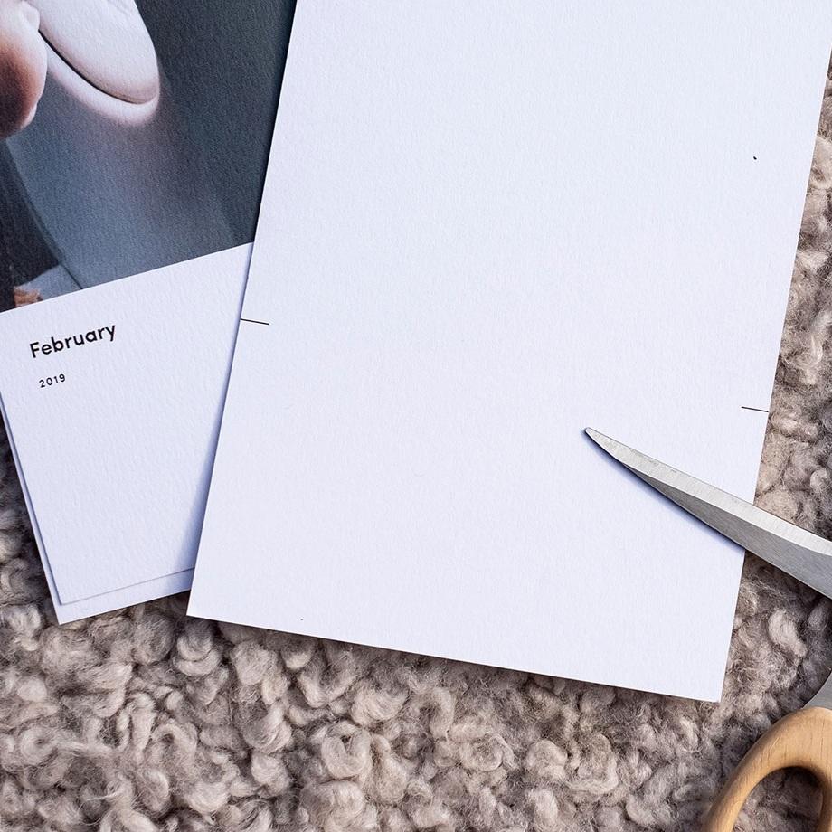 - När månaden är slut får ditt kalenderkort enkelt nytt liv genom att du klipper eller skär bort kalenderdelen på kortet med hjälp av baksidas skärmärken. Pappret är dessutom lätt att skriva på om du exempelvis vill använda bilden som en personlig hälsning till någon du tycker mycket om eller vill skriva en notering om bilden i sig. Bra va?