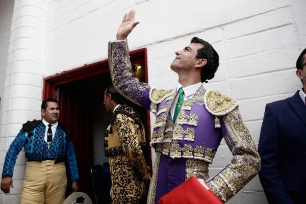 TORERO © Vincent Isore / IP3 - 2014 - Cette série d'images sur le thème de la tauromachie à été réalisée durant la «Feria Internacional del Caballo » à Texcoco, une ville au nord-est de Mexico. Cette foire a une très grande ampleur et met en avant une partie de l'héritage Espagnol qui caractérise le Mexique et l'Amérique Latine avec des éleveurs exposants, les traditionnelles «Charreadas », des combats de coqs, des corridas et autres spectacles artistiques...