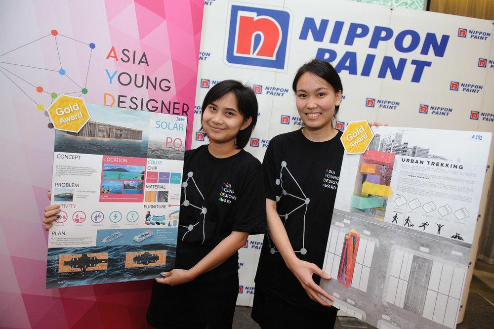 นางสาวอารีรัชลิ่มวณิชสินธุ์ (ซ้าย) เยาวชนผู้ได้รับรางวัลชนะเลิศในสาขาการออกแบบพื้นที่ภายใน และนางสาวหทัยภัทรทิพางค์กุล (ขวา) เยาวชนผู้ได้รับรางวัลชนะเลิศในสาขาการออกแบบงานสถาปัตยกรรม