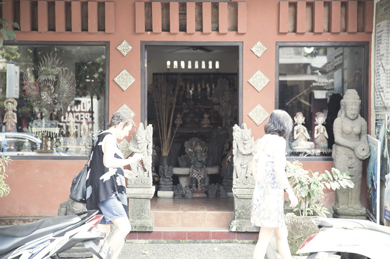 CRAFT SHOP SELLING STONE STATUES