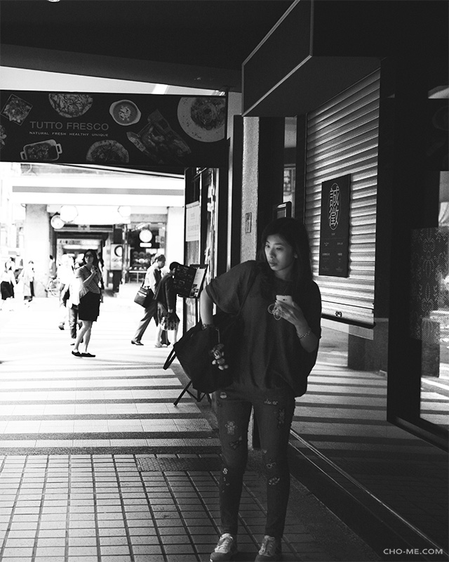 RUMMAGE - Nov 18, 2016 - Taipei - TaiwanHer rummaging reminds me of how I fumbled with my camera bag.My attention was initially on the left side street, she stole the show as she stopped and groped her bag on my right