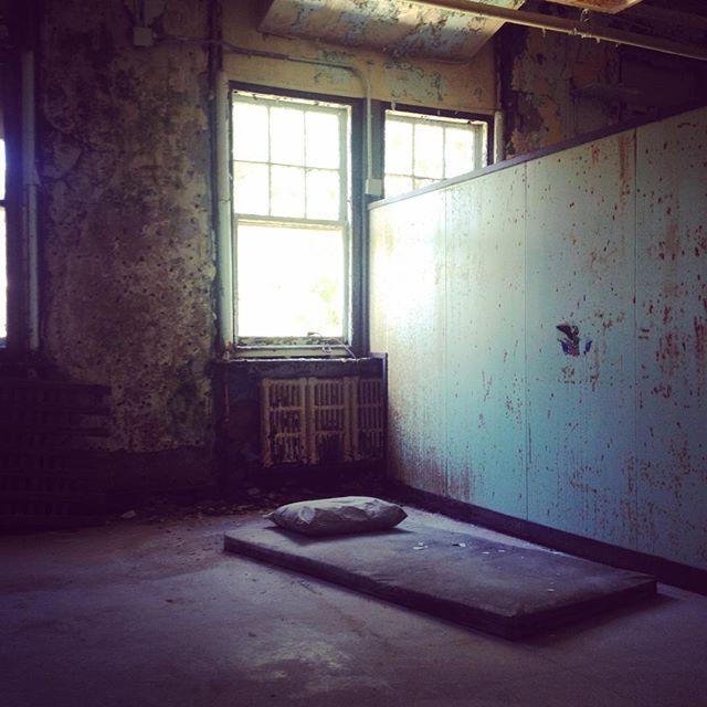 #pennhurst #pennhurstasylum #pa #abandonedhospital #abandonedbed #abandoned #decay #careyfruth #urbanexploration