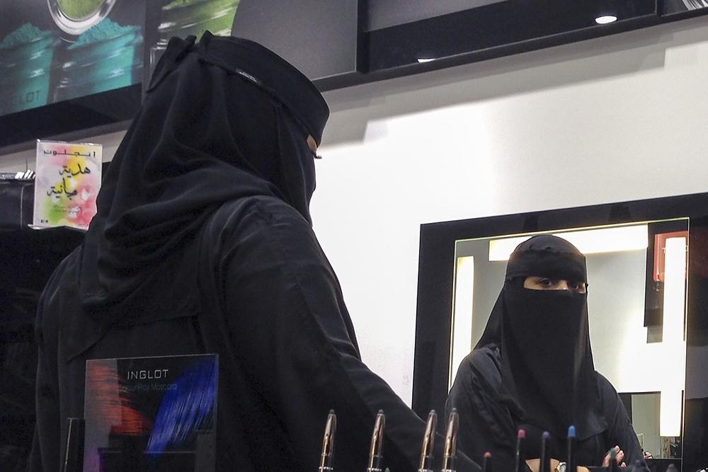 Woman Watching, Mall of Dhahran, Al-Khobar, 2015