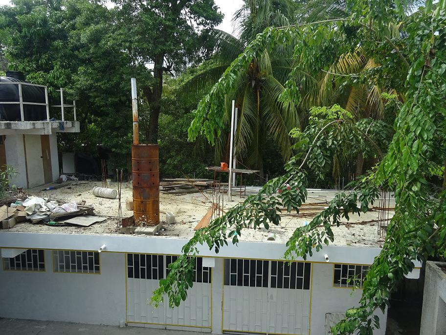 Auf diesem Dach der Schulräume soll er Schlafsaal gebaut werden.(Klicke, um zu vergrössern)