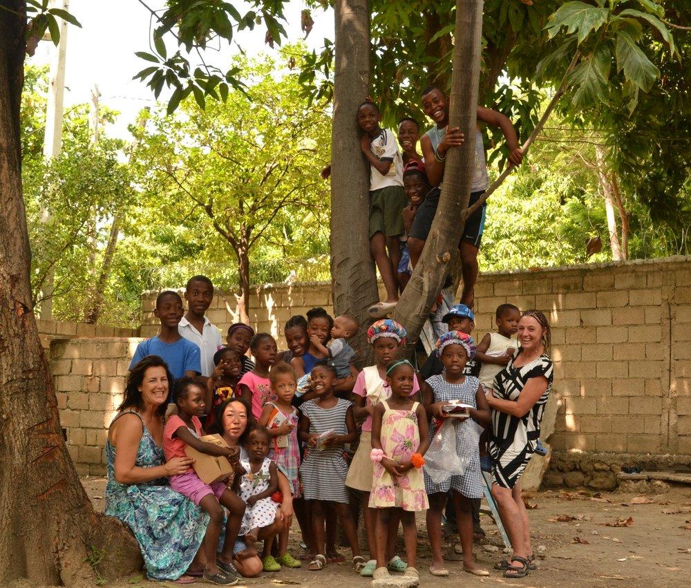 Förderverein Maison des Anges - Gruppenfoto in Haiti mit allen Kindern