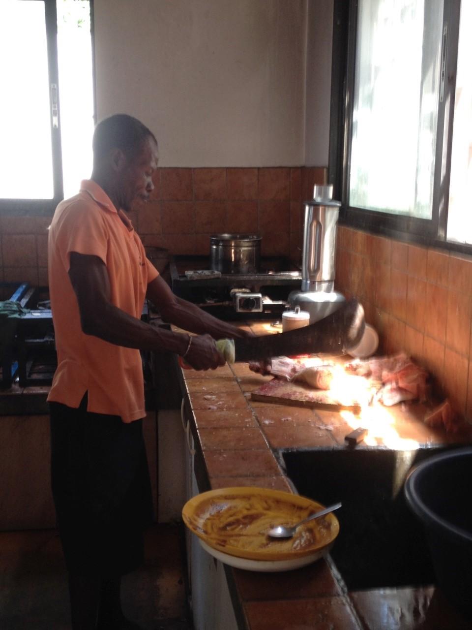 Maison_des_Anges_Küchenrenovation_Papa_Joseph_am_Kochen.jpg