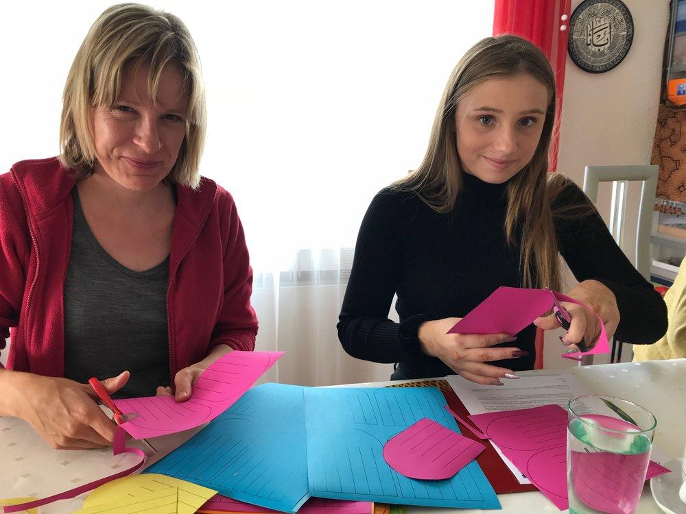 Daniela Baumann zeigt Cecile Bastelarbeit für Mda-Kids.JPG