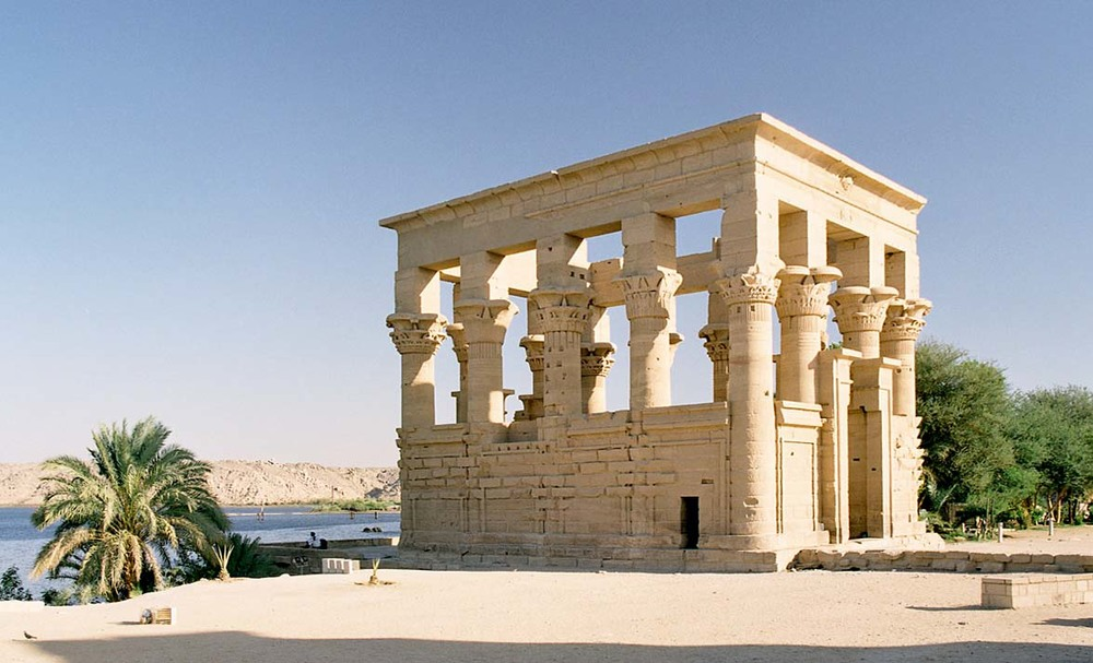 Philae,_Trajan's_Kiosk,_Aswan,_Egypt,_Oct_2004.jpg