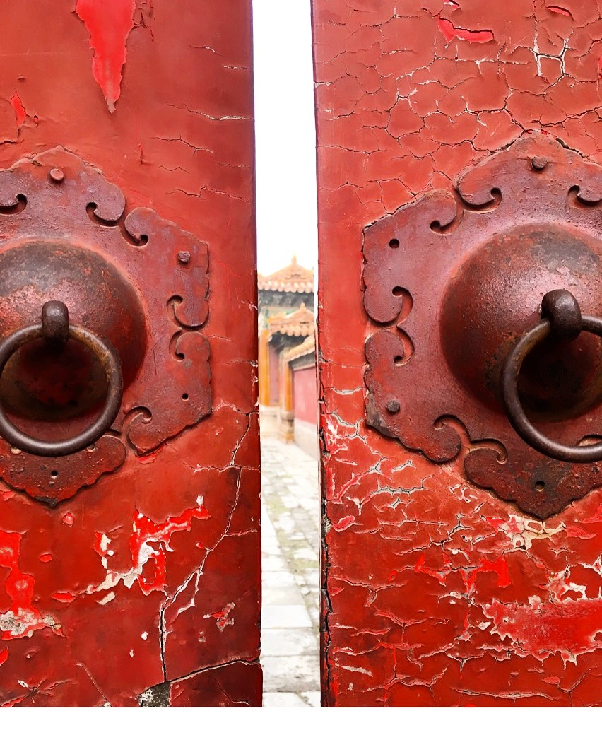 Red door, Beijing China (image credit FRASSAÏ)
