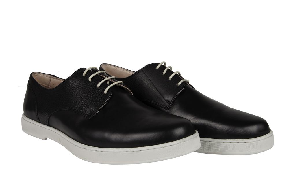 As silhuetas clássicas e atemporais foram repensadas para um homem moderno e contemporâneo que busca praticidade para se vestir em seu cotidiano, tendo um calçado minimal que se encaixa tanto para o dia quanto para a noite.
