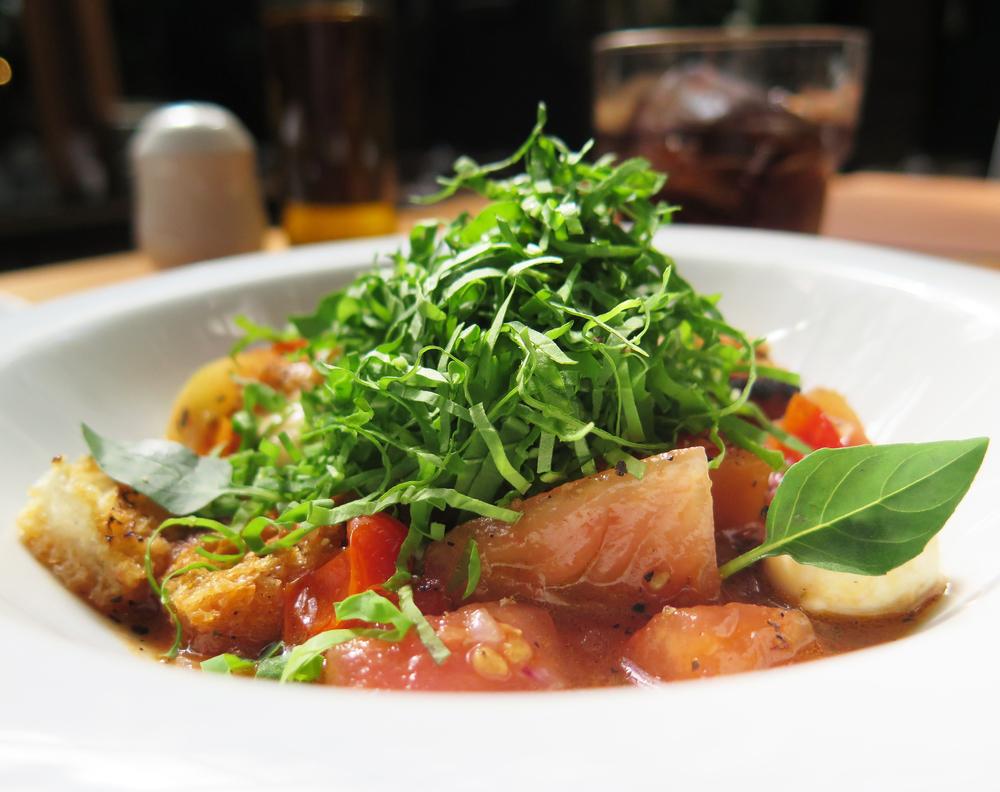 Salada Panzanella, com compota de tomate, pão italiano tostado e muzzarelinha de búfala