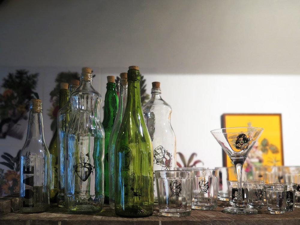 Criada pelos artistas Mozart Fernandes e Mônica Rodrigues. A Vértices Casa, apresenta uma linha de copos americanos e as garrafas recicladas com ilustrações são o símbolo da marca.