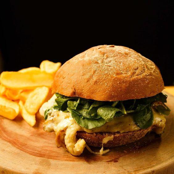 Sanduíche Veggie com abobrinhas grelhadas, cogumelos ao curry e queijo canastra