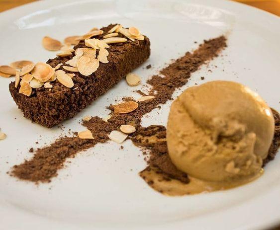 Fudge de Chocolate meio amargo com sorvete de Caramelo e Flor de Sal.