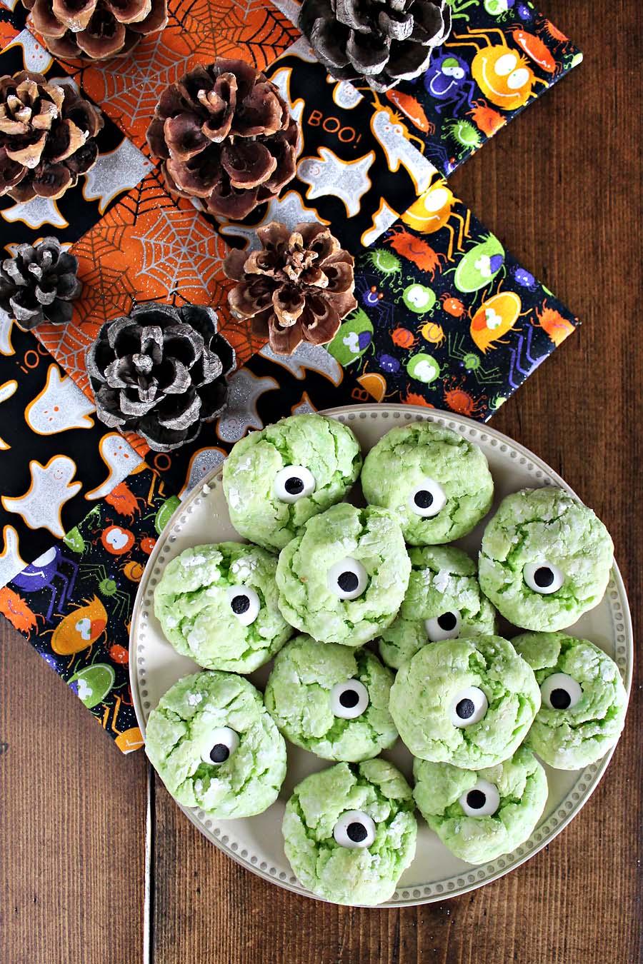 monster eye halloween cookies // via darlingbebrave.com