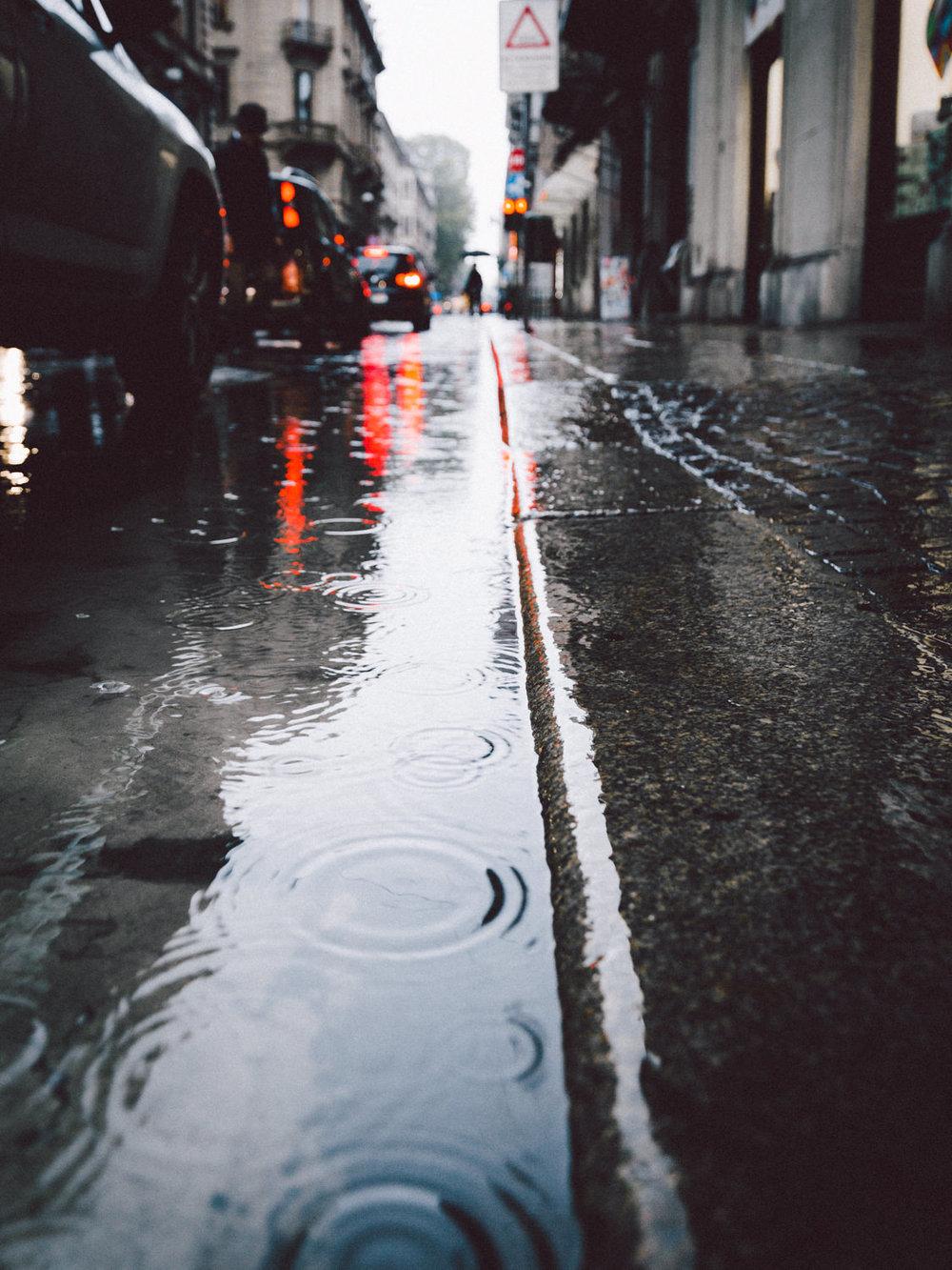 Scorcio urbano sotto la pioggia a Torino