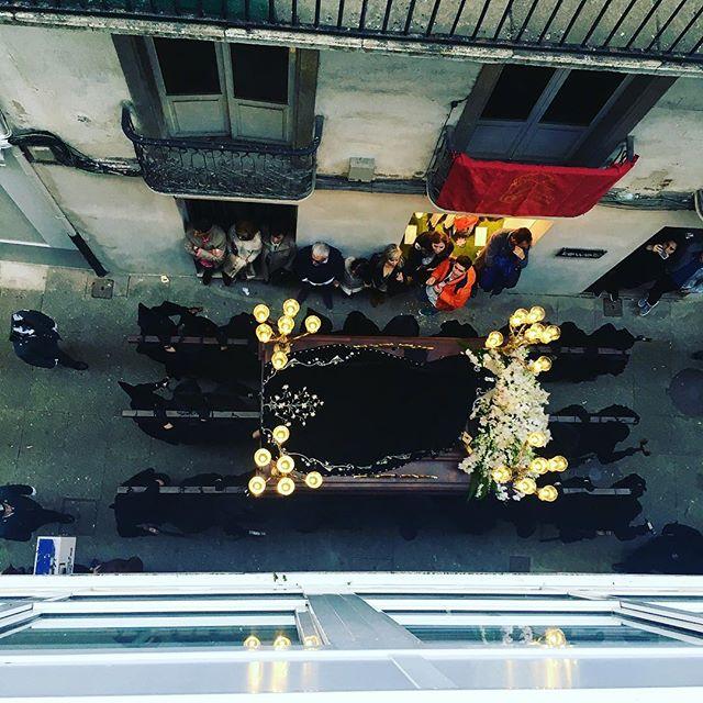 La historia de la Semana Santa de Vivero se remonta hasta el siglo XIII, cuando se fundaron las dos cofradías más antiguas que organizan sus procesiones.... • • • • #photography #photographer #photooftheday #Galicia #galiciacalidade #galiciamola #Lugo #viveiro #viveirocentro #semanasanta #procesion #lavirgen #happyeaster #catholic #camaraenmano #street #streetphotography #streetart #perspective #jj_daily #jj_streetphotography #igers #instadaily #instaphoto