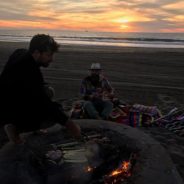 One of my favorite smells is fire by the ocean. This weekend a special combination of fire, beach, friends, full moon, good food. Food is everything. Everything is food.  #losangeles #fullmoon #ocean #bonfire #bbq #churrascon #praia #plage #playa #fuego #fogo #luacheia #lunallena #pleinelune #万月 #mezcal #flames #music #infinite #traditions #community #gratitude #beach