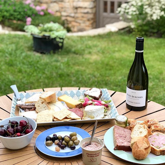 #nationalwineandcheeseday is not to be taken lightly! 🧀🍷 • • • • • #8687wines #boutiquewine #wine #cheese #winelover #smallbatch #foodandwine #winepairings #frenchcheese #wineanddine #cheeselover