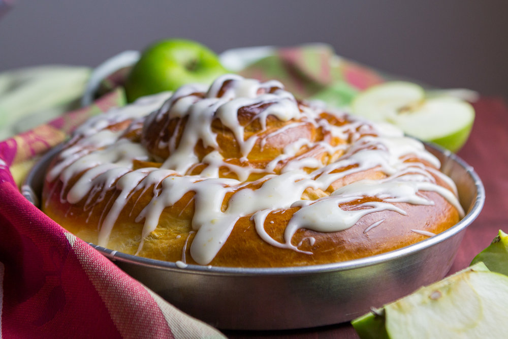 giant-apple-cinnamon-roll-7.jpg