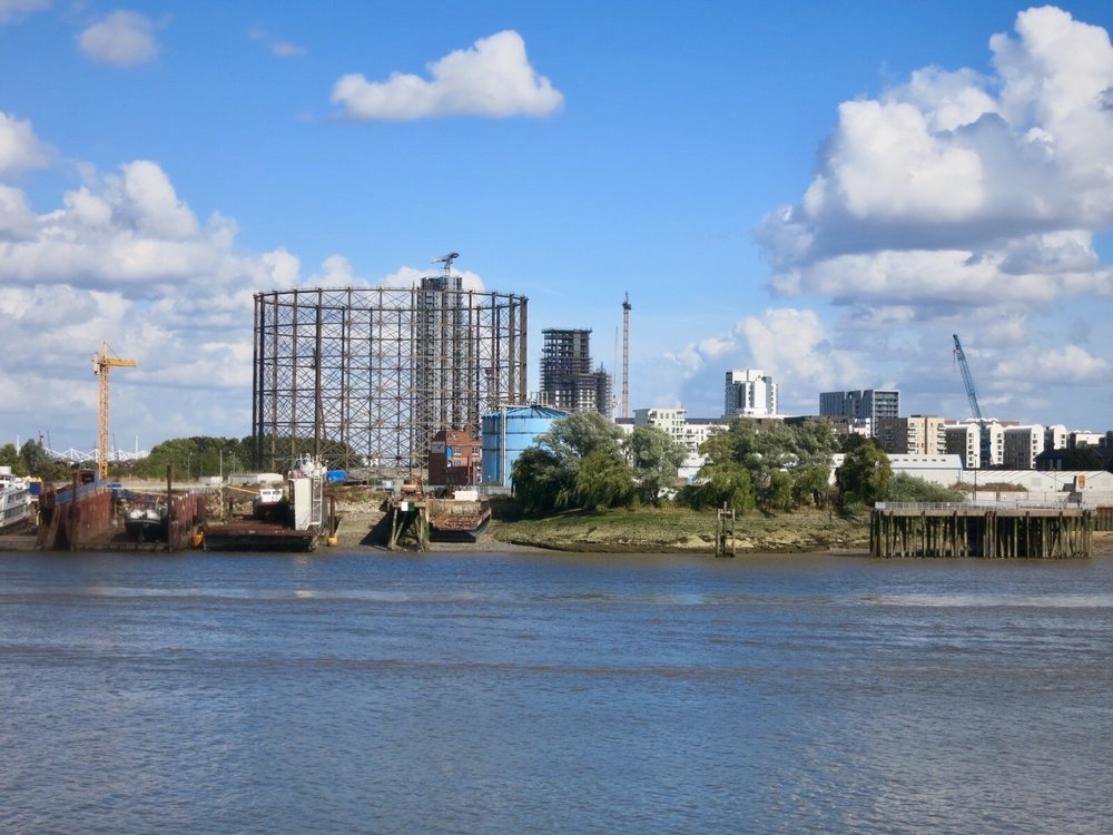 Gas holder seen from the Isle of Dogs - September 2016 [greenpenlondon]