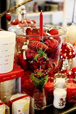 Lys og røde juledekorationer