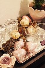 Bakke m. glas og lyserøde hjerter