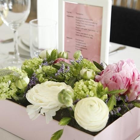 borddækning, Pæoner, ranunkler, konfirmation, barnedåb, blomsterdekorationer, lyserød, grøn