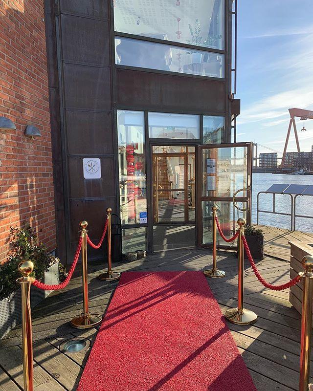Vilket väder! Det får ni fira genom att komma till oss och dricka bubbel🍾 #eriksberg #riverrestaurant
