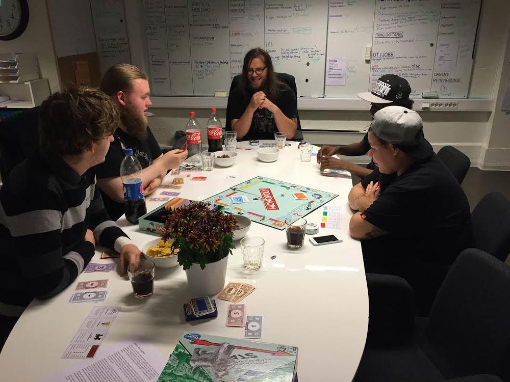 Ung på huset-gruppa lagde nachos og spilte monopol etter jobb. Lars-Petter vant, og som du ser så er han superfornøyd!