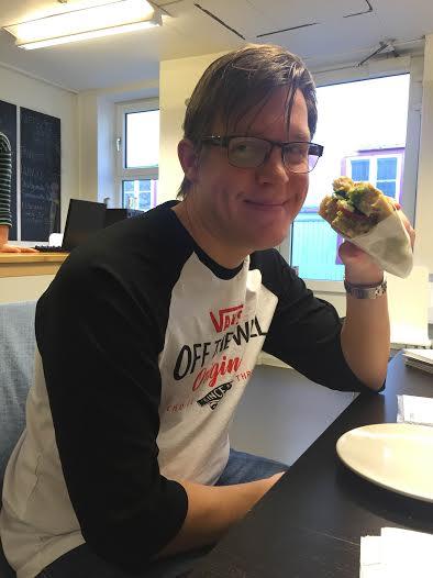 Fredrik prøver den nydelige sandwichen i nye caféen.