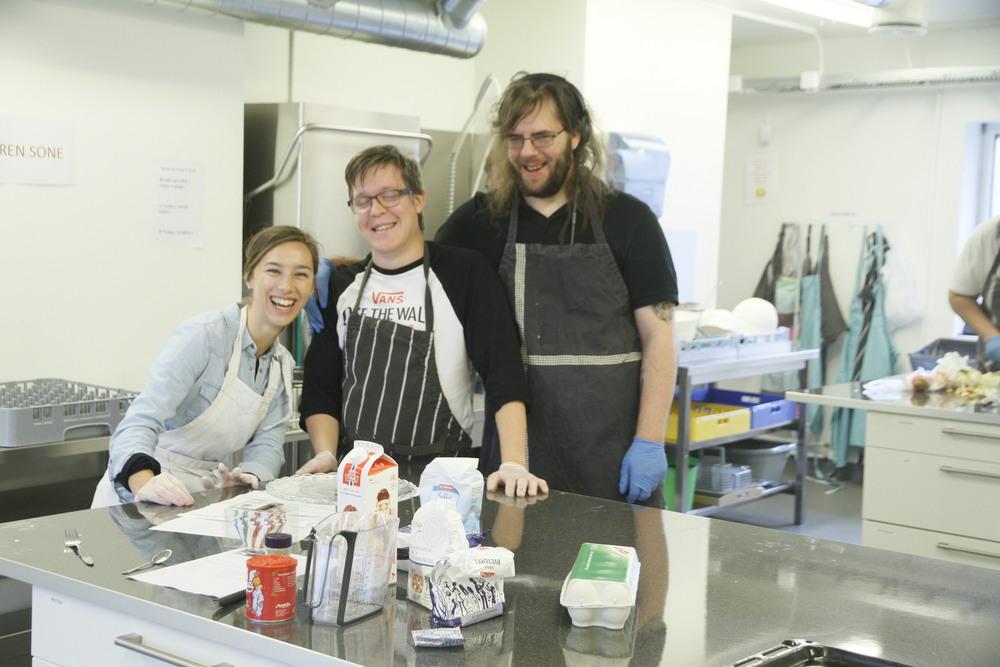 Vanessa, fredrik og Lp lager muffins til caféen
