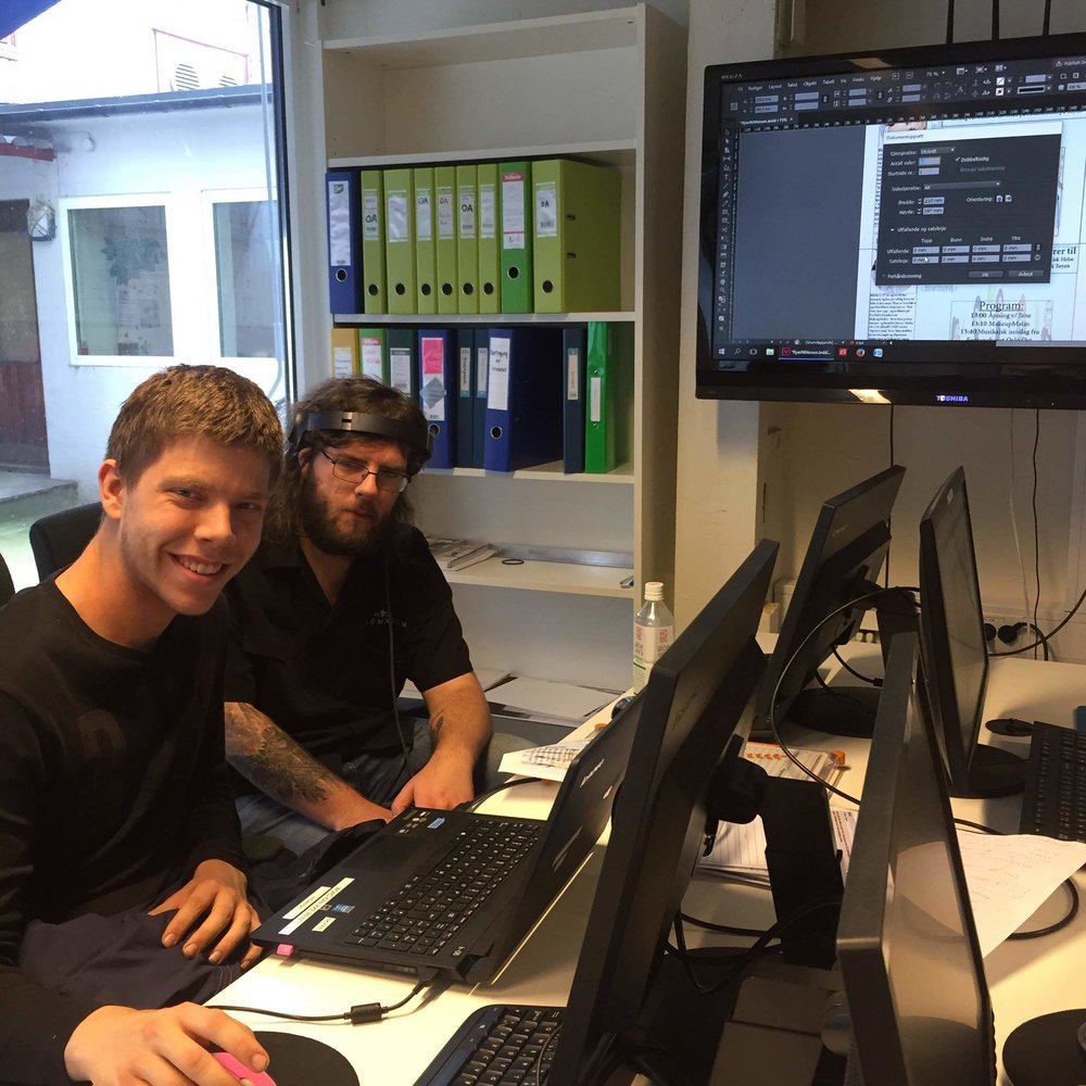 Jørgen og lars-petter jobber med flyer til verdensdagen for psykisk helse som vi arrangerer hvert år