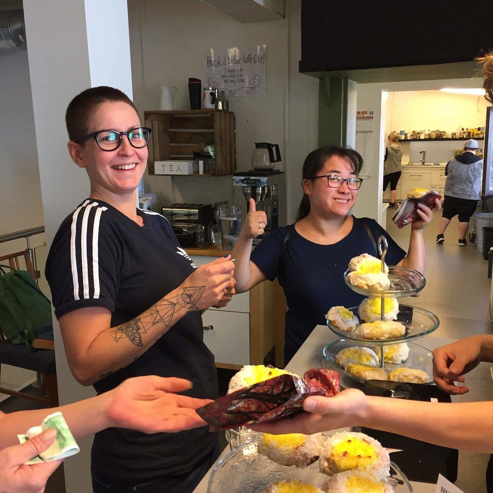 Maria og Eline tester ut bollene som gjengen lagde til cafédagen.