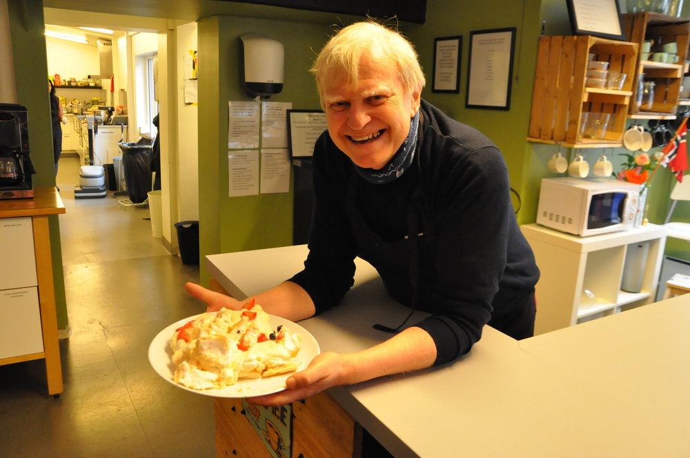 Jan henrik koser seg med kake