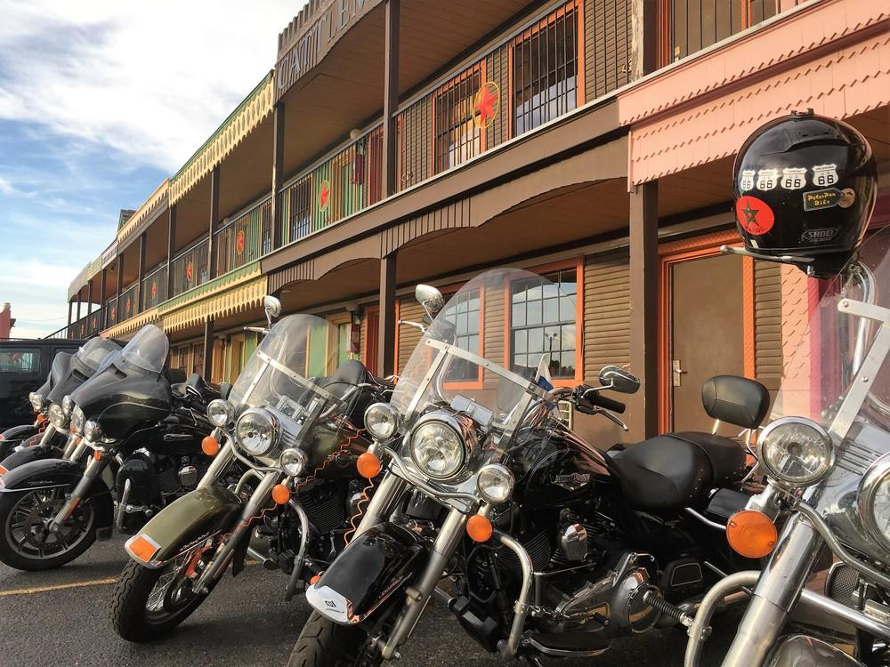 Amerikankopterit hienossa rivissä motellin edustalla