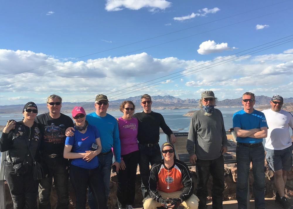 Ryhmäkuva Lake Meadin edessä!