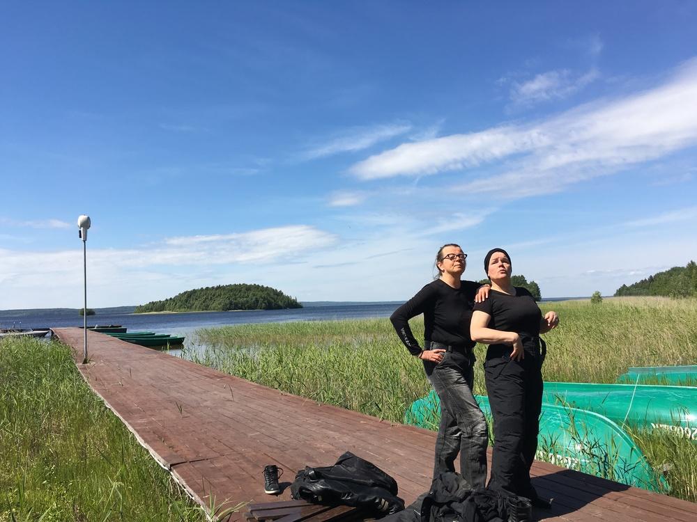 Uimamaisterit Karita ja Anita.