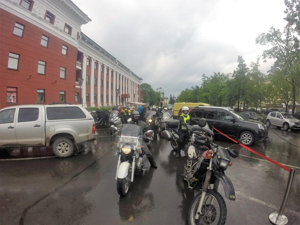 """Ensimmäinen ryhmä valmiina lähtöön hotelli """"Pohjolan"""" edustalta..."""