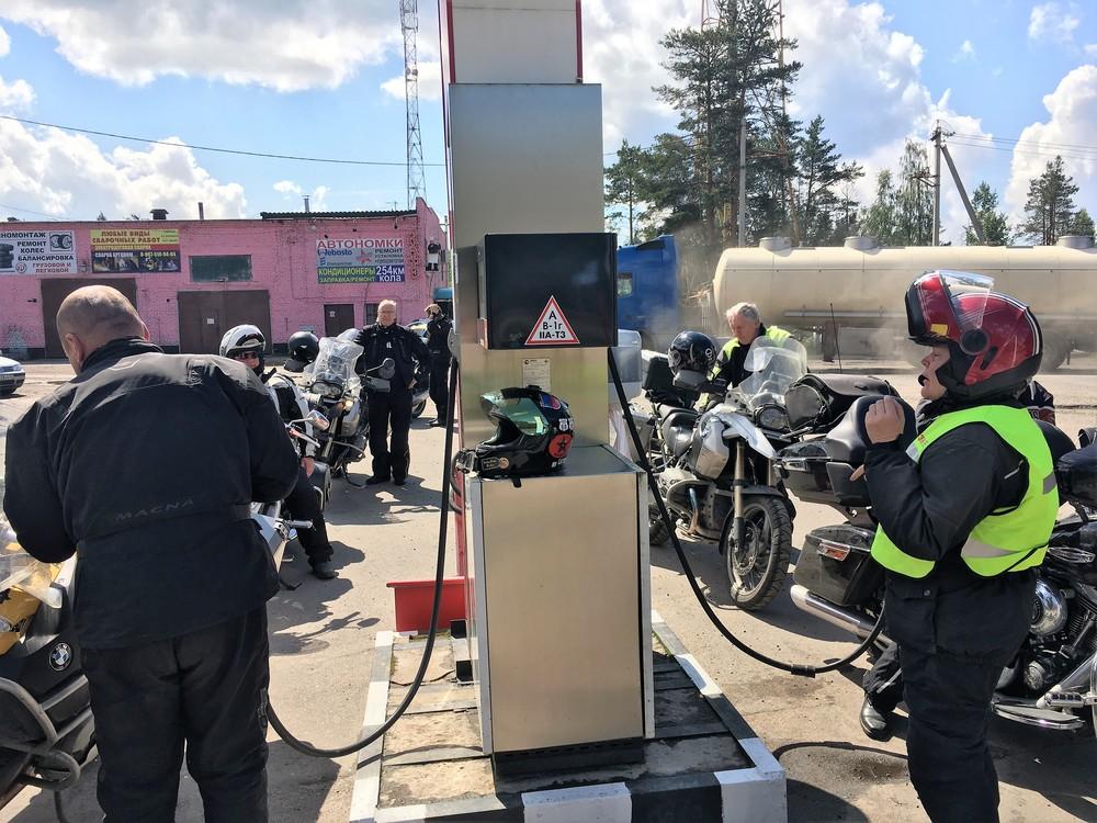 Meidän tankkaukset alkoivat olla niin hyvin hiottuja, että 11 pyörän tankkaus saatiin valmiiksi noin 5 minuutissa!