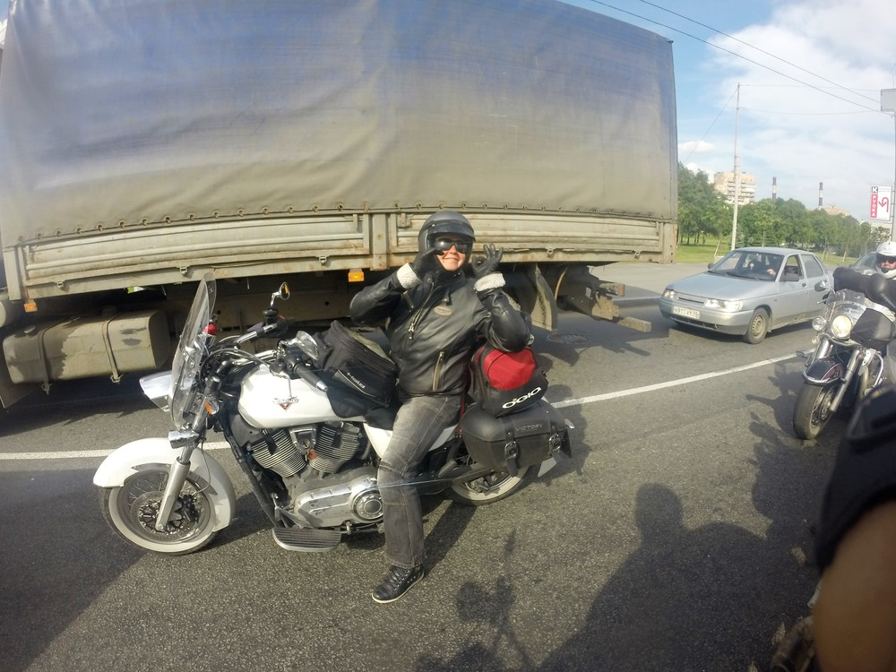 """Karita ja hänen uskollinen """"Victory"""" Pietarin liikenteessä!"""