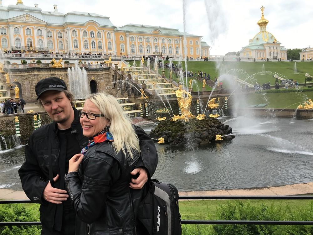 Jari ja Kirsi romanttisella kävelyllä Pietarhovissa :)