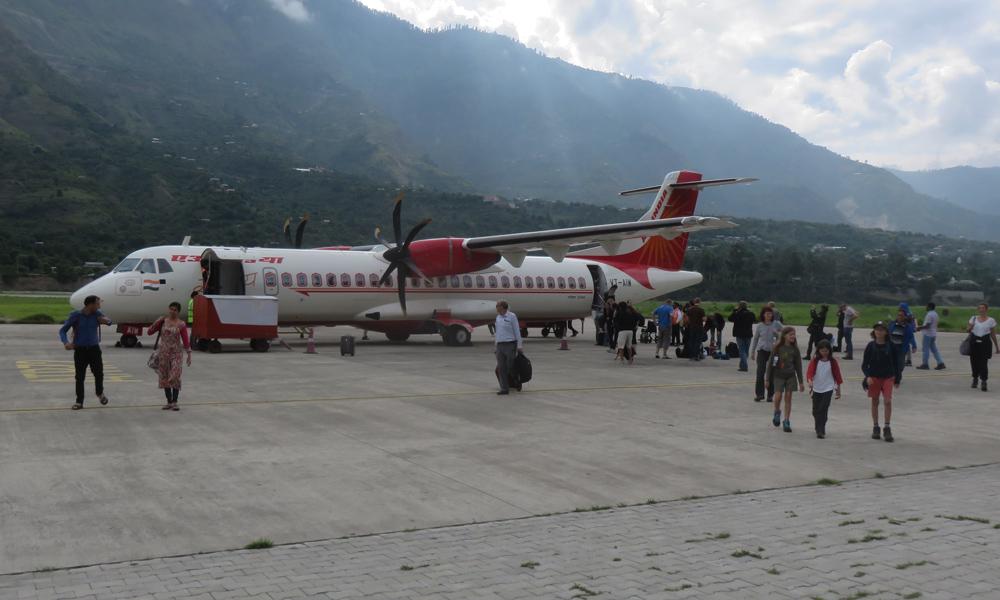 Olemme juuri laskeutuneet Kullu-Manali lentokentälle Air Indian siivin!