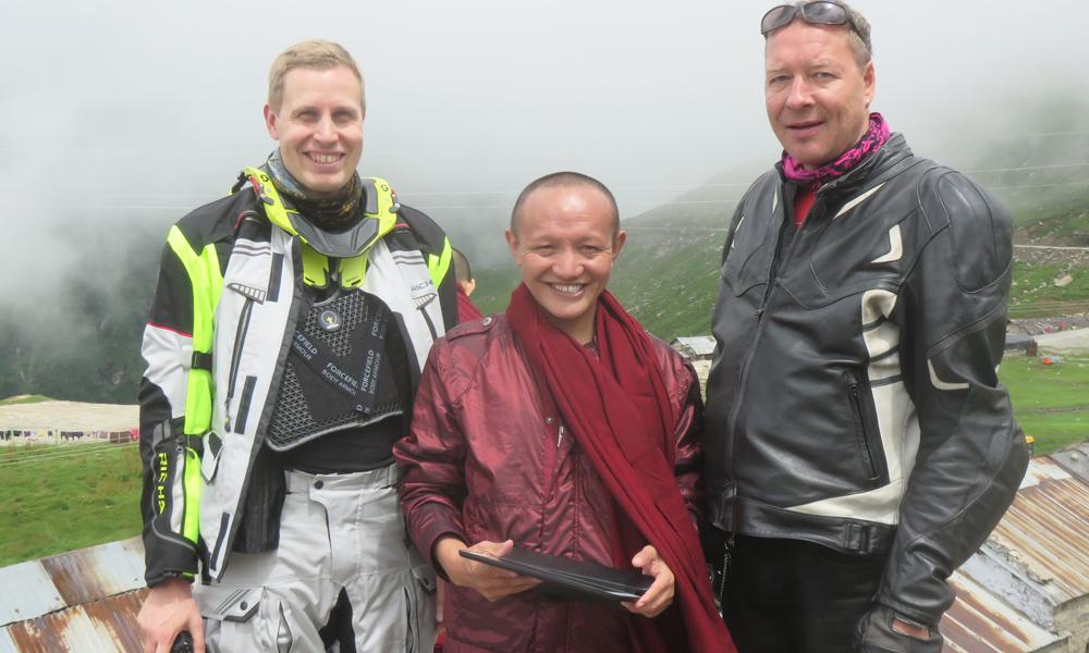 Heikki, Munkki ja PikkuJuha. Hessu ja PikkuJuha eivät ainakaan tällä kohtaamisella vielä kääntyneet buddhalaisiksi!