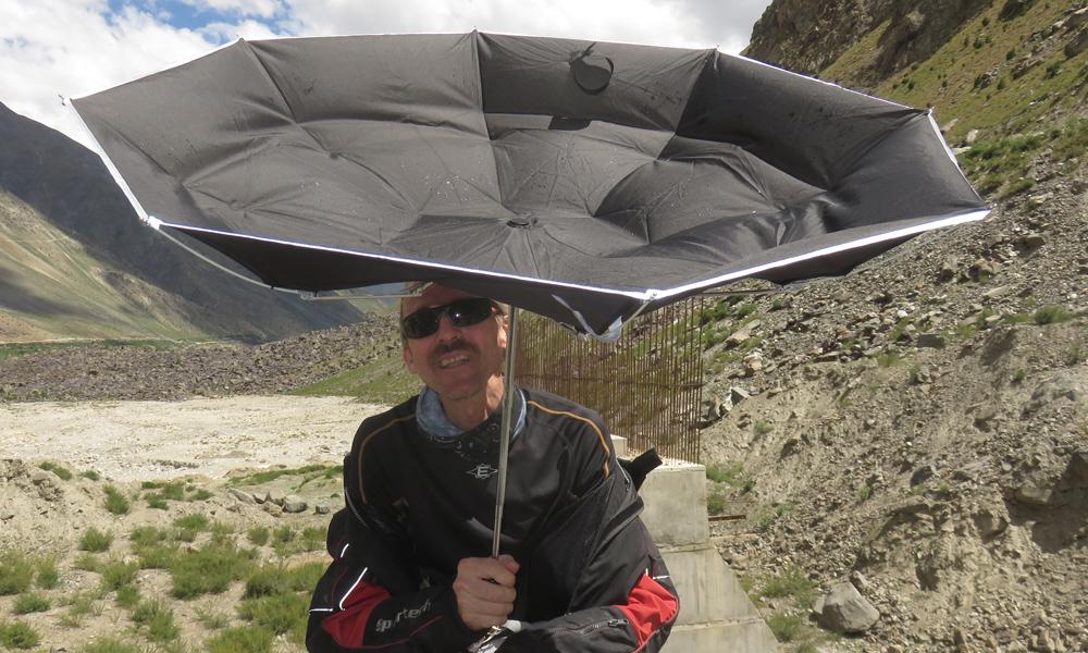 Kunnon motoristi varautuu kaikenlaisilla varusteilla. Myös aurinkovarjolla japanilaiseen tapaan!