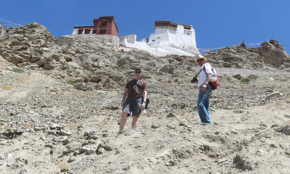 ... ja paltsin yläpuolella oleva buddhalaistemppeli! Clint ja Hessu matkalla ylös!