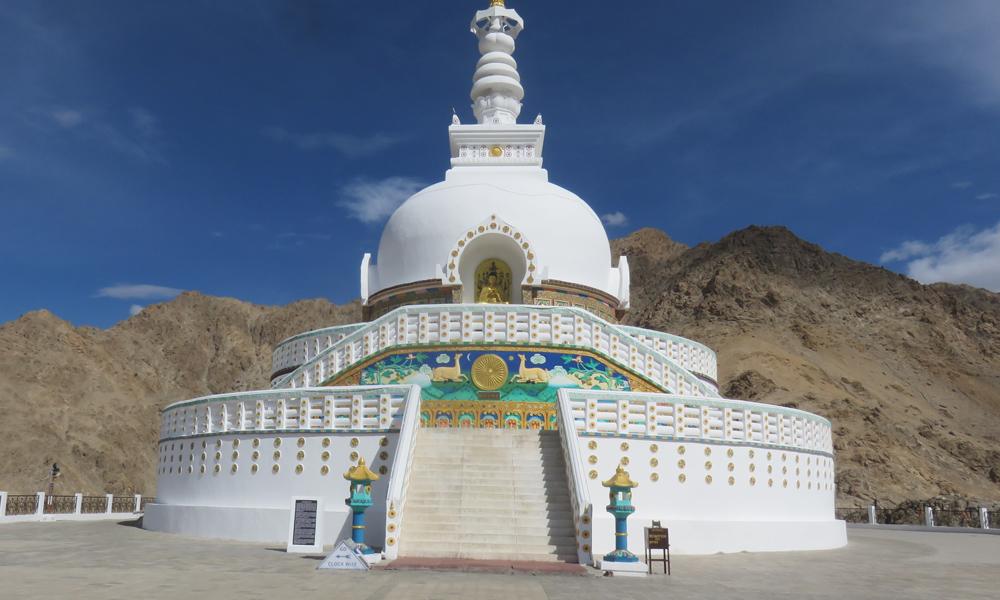 Aamu alkaa kulttuurikäynnillä. Kohteena Lehin maisemaa hallitseva Shanti stupa!