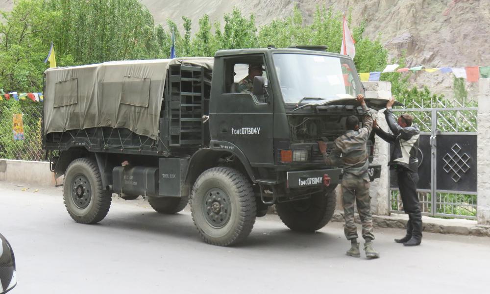 PikkuJuha auttamassa Intian armeijaa hädässä. Apu auttoi ja Tata lähti tulille!