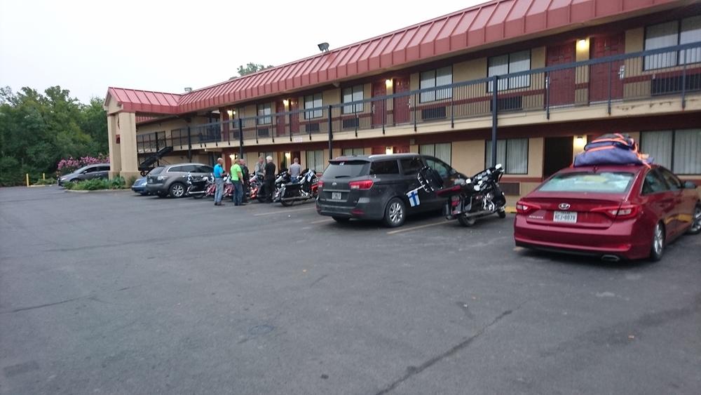 Tulsan Super 8-motellin pihalla lähtöpuuhissa