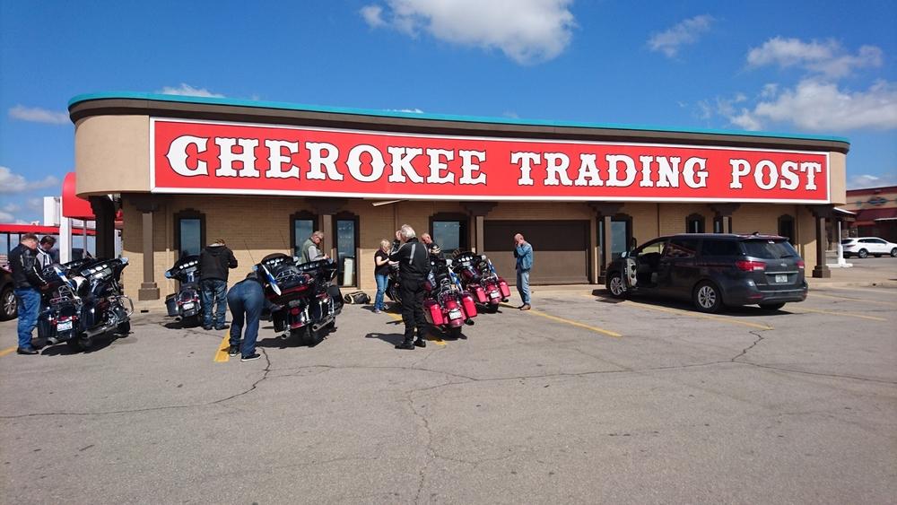 Cherokee-intiaanien ylläpitämä matkamuisto- ja käsityömyymälä, josta Kari löytyi.
